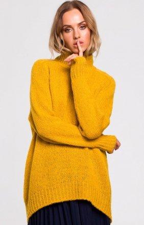 Swobodny musztardowy sweter z golfem M468