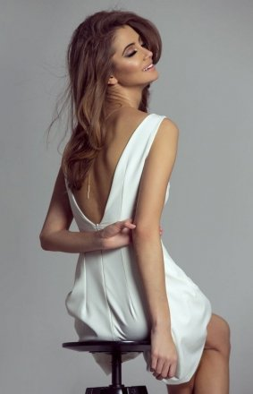 Koktajlowa sukienka z dekoltem April śmietankowa