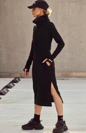 Maxi sukienka z wysokim golfem czarna M622