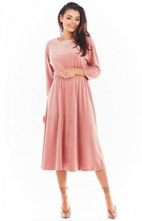 Welurowa sukienka midi różowa A407