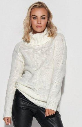 Długi sweter ecru z golfem S107