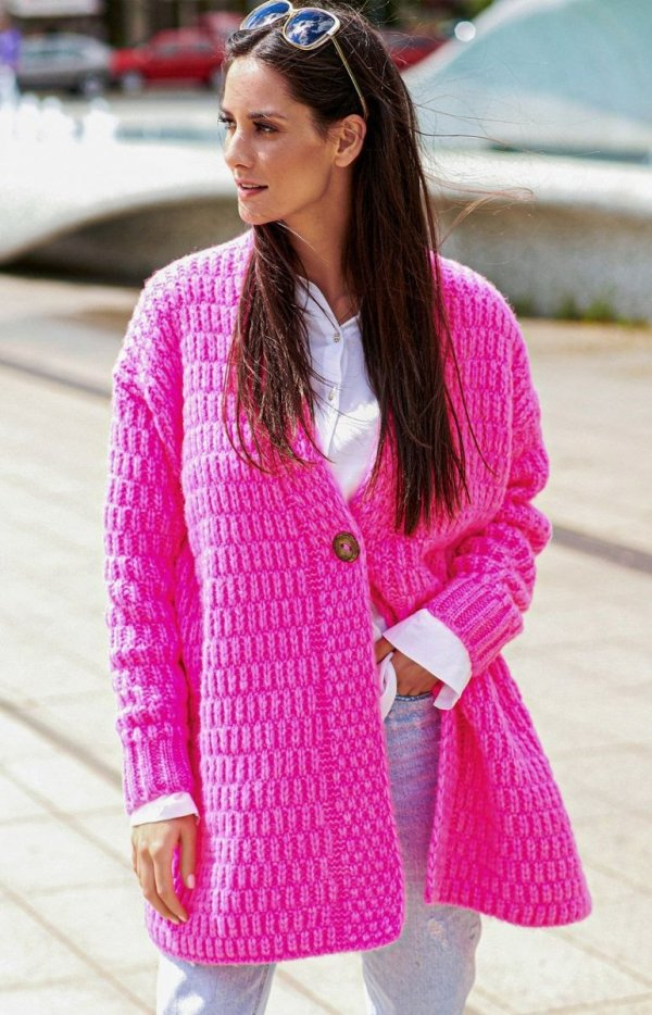 Ciepły sweter zapinany na guzik różowy Numinou S66