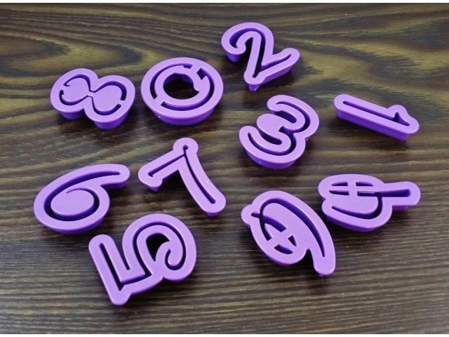 Plastikowe wykrawacze do masy cukrowej CYFERKI cyfry czcionka DISNEY