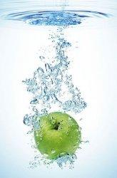 Fototapeta do kuchni - Zielone jabłko w wodzie -  115x175 cm