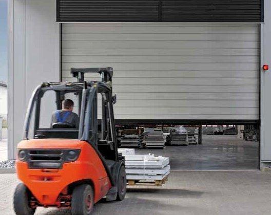Nowa szybkobieżna brama segmentowa HS 5015 Acoustic H – izolacyjność akustyczna 31 dB