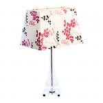 Lampa stołowa. Klosz wykonany jest z mocnego materiału w różowo czarne listki a podstawa z metalu i szklanej obudowy. Rozmiar: 40 x 28 x 60cm. Oprawka: E27 (standardowa żarówka). Napięcie robocze: 230V.