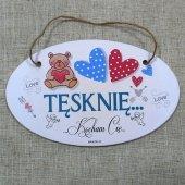 Drewniana tabliczka w kształcie owalu z napisem 'Tęsknię...Kocham Cię'.Wzór 71. Rozmiar 18x11 cm.
