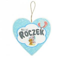 Drewniana tabliczka w kształcie serca z napisem Masz już roczek...