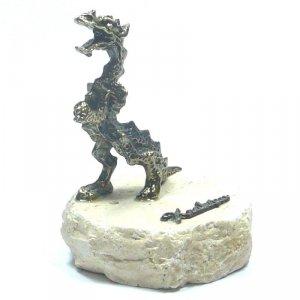 Smok średni na granitowym kamieniu