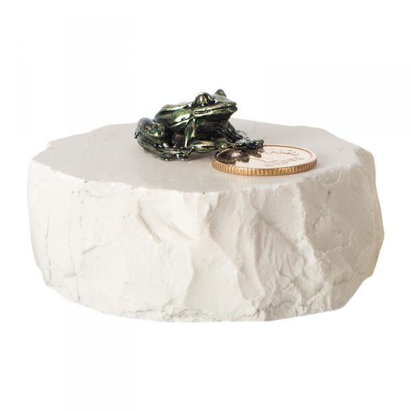 Figurka na szczęście metalowa żaba z grosikiem na szklanym postumencie. Rozmiar 2x4 cm